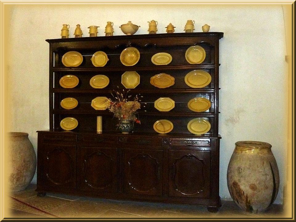 Lourmarin, vaisselier de la cuisine du château