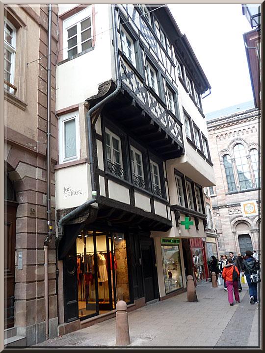 Strasbourg,autour de la cathédrale, rue des Orfèvres, façades à doubles encorbellements