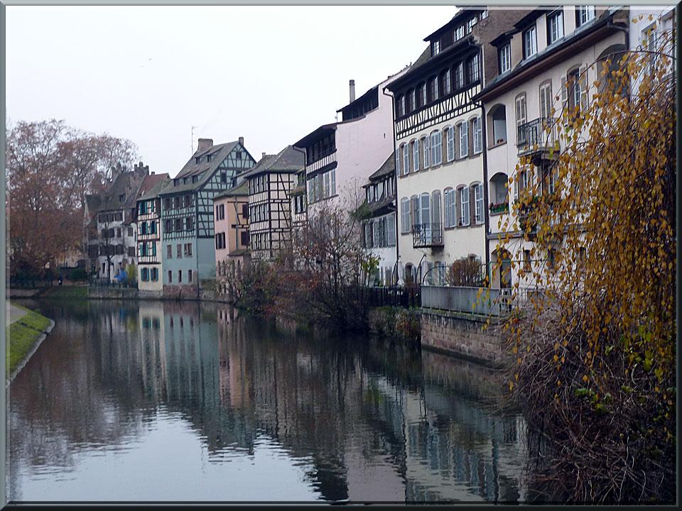 Strasbourg, les quais de la Petite France le long de l'Ill