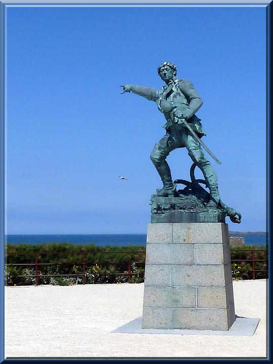 Saint-Malo, statue de Robert Surcouf