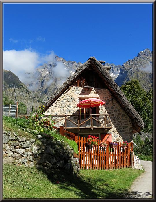 Les Portes, maison traditionnelle au toit de caume