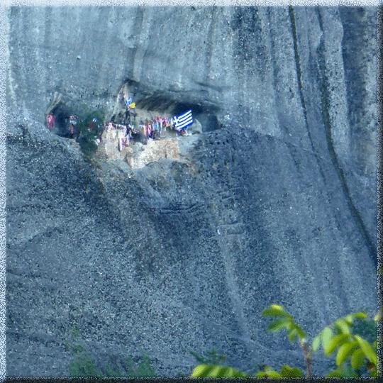 Grèce, Météores, ancienne grotte avec drapeaux