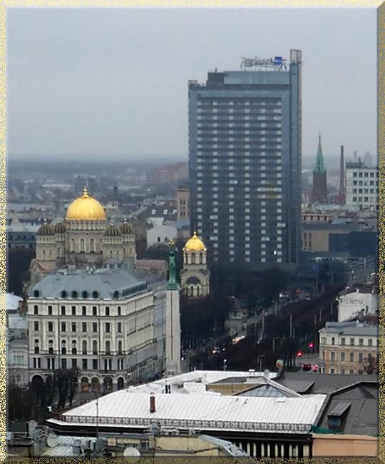 Riga, vue sur la cathédrale orthodoxe et le monument de la liberté