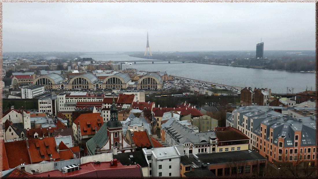 Riga, vue sur la Daugava, le marché central et la tour TV